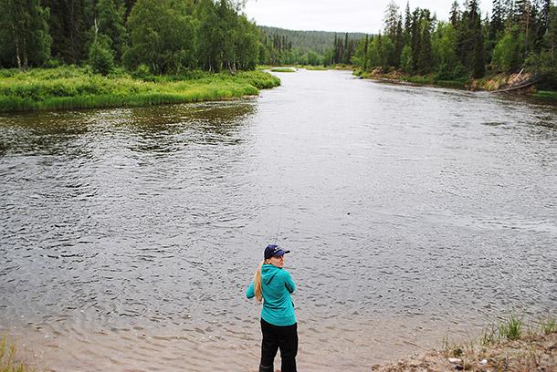 Kitkajoella kalastamassa
