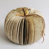 Paperinen Halloween-kurpitsa vanhasta kirjasta